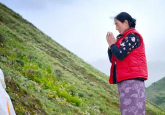 khandro-in-prayer-by-chorten