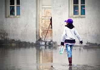 tibeten-girl-walking-to-school